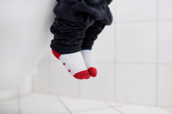Voetjes met sokken bij de wc