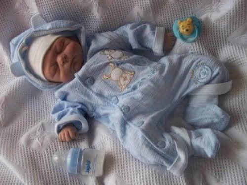 Baby slaapt in pyjama