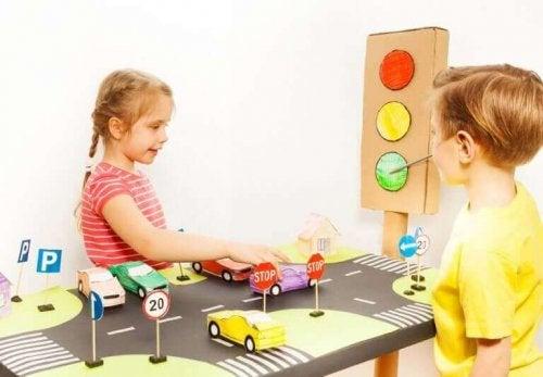 Kinderen spelen met auto's