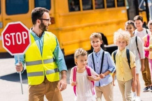 Een docent met kinderen
