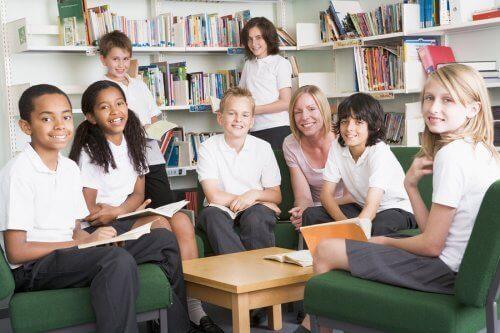 Kinderen in dezelfde schooluniformen