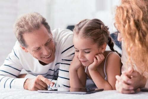 Ouders en dochter op een tablet