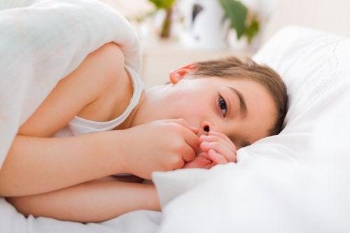 Jongen ligt ziek in bed