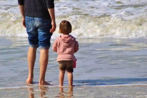 Vader met kind op het strand