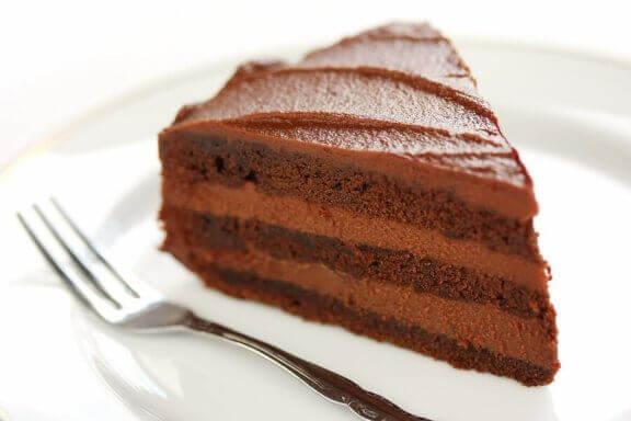 Bord met een stuk chocolade cake