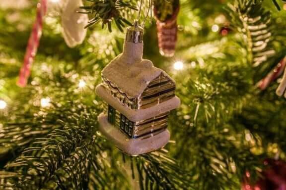Kersthuisje in een kerstboom