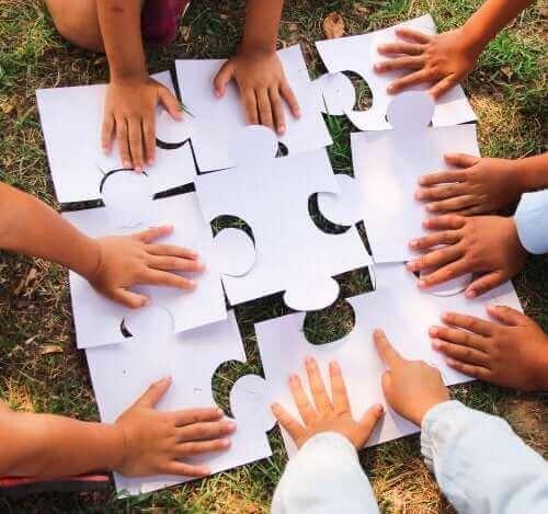 Kinderen maken een samen een puzzel