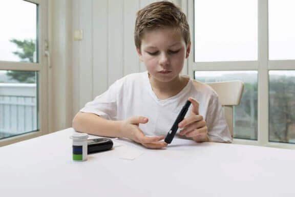 Jongen doet zelf een bloed controle