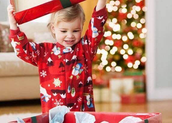Kind krijgt een cadeau voor kerst