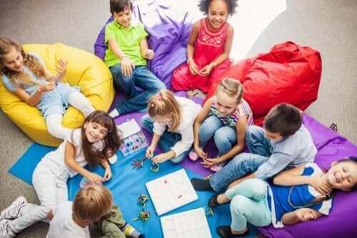 Kinderen hebben samen plezier met coöperatieve spellen voor kinderen