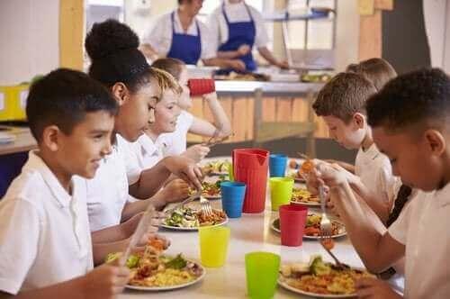 Kinderen zitten in de schoolkantine te eten