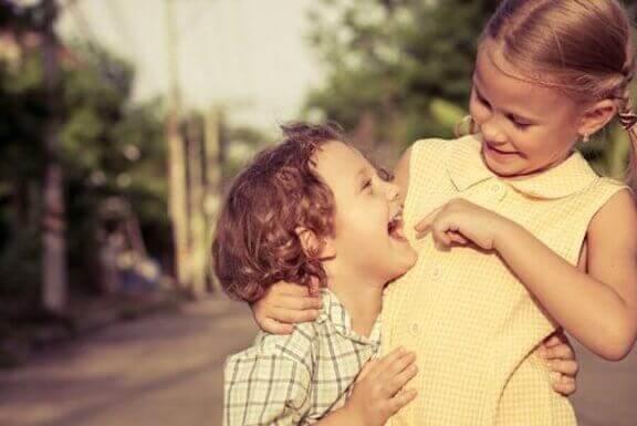 Broer en zus lachen samen