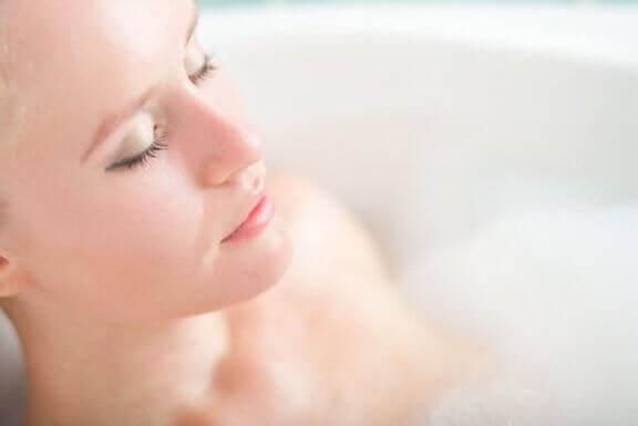 Vrouw ligt in bad te ontspannen