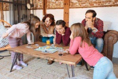 Familie speelt een bordspel