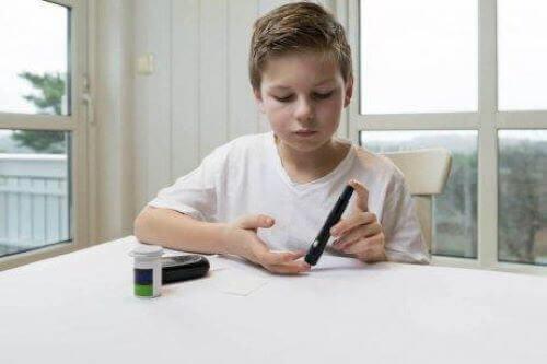 Jongen met jeudgdiabetes