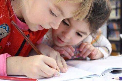 Kinderen oefenen hun handschrift