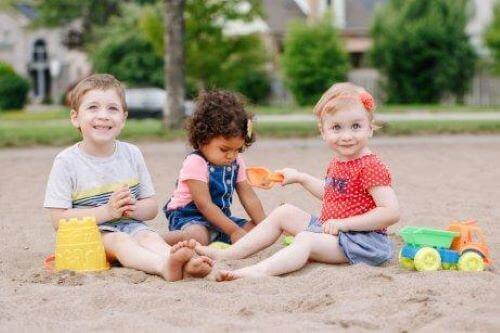 Kinderen spelen samen op het strand