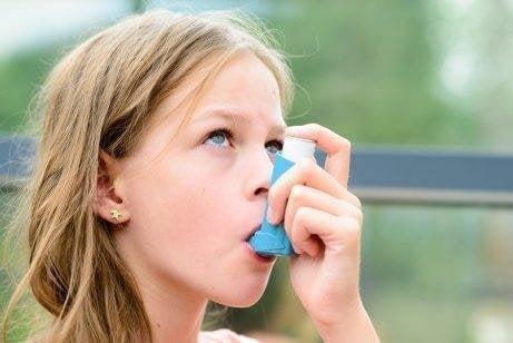 Meisje met inhaler
