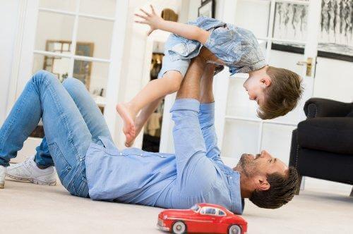 Vader speelt met kind