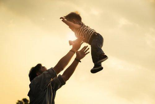 Kinderen aan hun armen zwaaien kan een zondagsarmpje veroorzaken