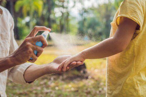 Spray tegen insecten op het lichaam spuiten