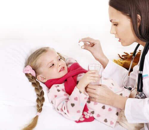 Arts geeft meisje een pijnstiller