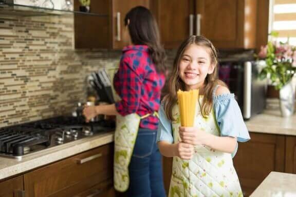 Meisje helpt in de keuken