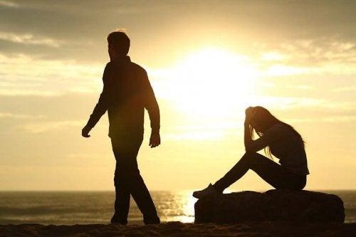 Vrouw met verdriet bij ondergaande zon