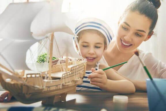 Moeder en kind maken een boot