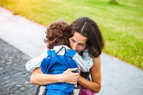 Moeder en kind knuffelen