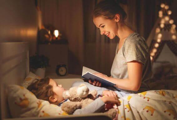 Moeder leest kindje in bed voor