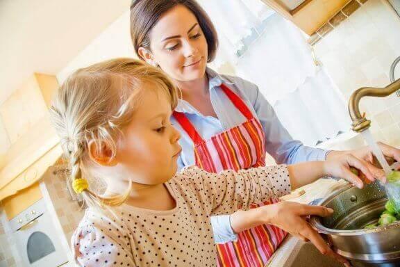 Kinderen tijdens het koken vermaken