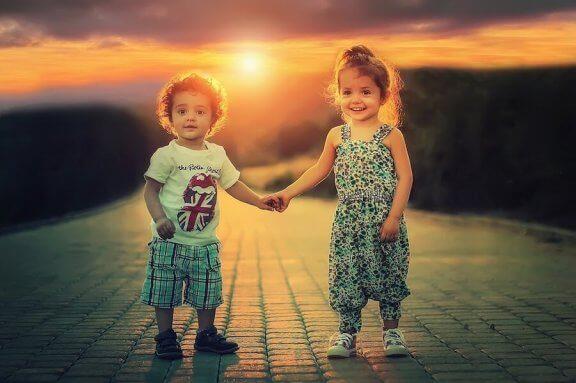 Een jongen en een meisje hand in hand