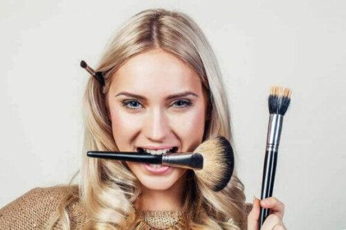 Vrouw met make-up borstels