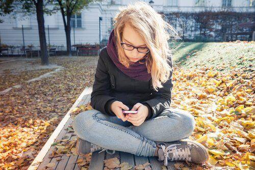 Puber met telefoon