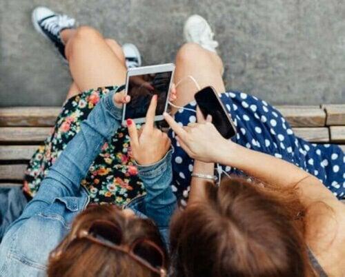 Tieners en hun telefoons