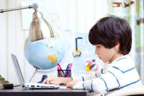 Jongen via online bronnen aan het leren