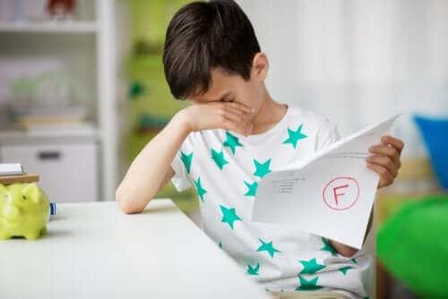 Jongen heeft op school slecht cijfer gekregen