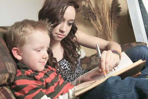 Jongen maakt zijn huiswerk