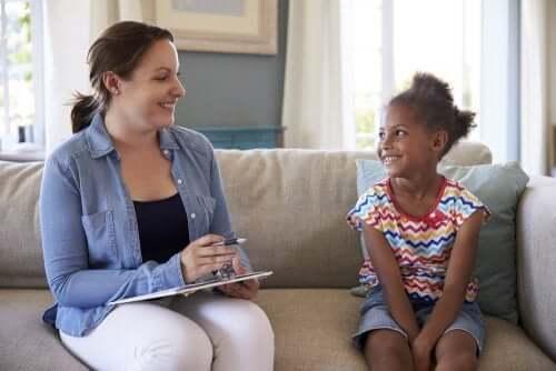 Meisje bij de kinderpsycholoog