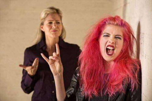 Tiener met roze haar komt in opstand
