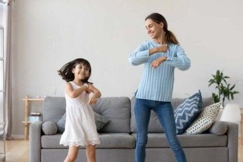 In de huiskamer dansen