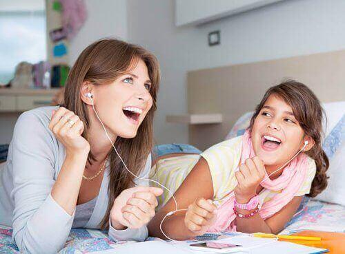 Moeder en dochter luisteren muziek uit de jaren '80