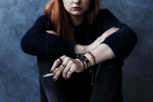 Rebelse tiener die rookt