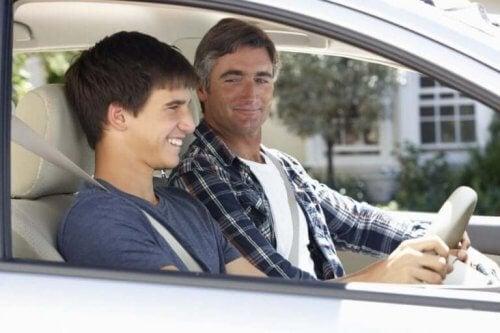 Vader leert zoon autorijden