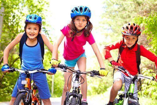 Kinderen actief aan het fietsen in plaats van een sedentaire levensstijl