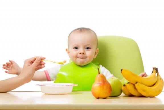 Baby's eerste fruithapje