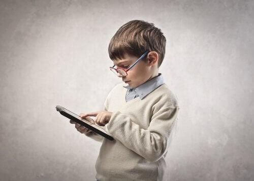 Kind leert met tablet