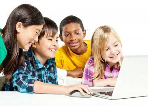 Leerlingen rond een laptop