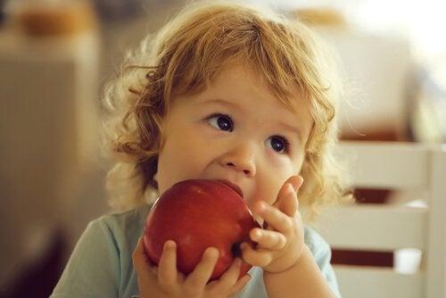 Peuter met een appel